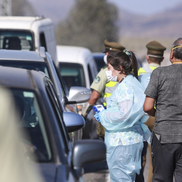 Conductores que viajaban al litoral central son devueltos hacia Santiago tras controles sanitarios