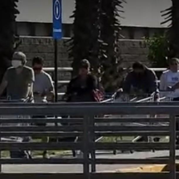 Se registraron largas filas desde temprano para entrar a supermercados de Ñuñoa y Maipú