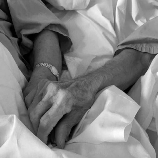Coronavirus: Pareja de ancianos permanecen tomados de las manos en hospital de España