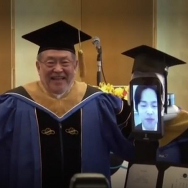 Estudiantes son reemplazados por robots en ceremonia de titulación de Japón debido al coronavirus