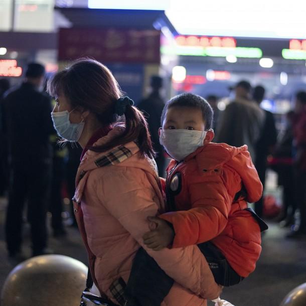 Miles de personas abandonan Wuhan tras el fin del confinamiento