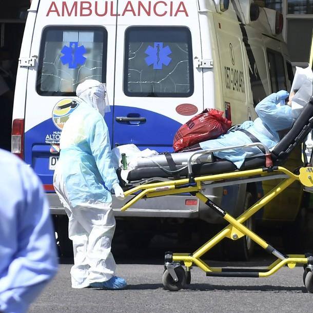 Mañalich informa de 286 trabajadores de salud contagiados con coronavirus y pide masivo aplauso