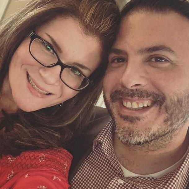 Mujer le cantó por celular a su esposo la canción de su boda mientras él moría por coronavirus