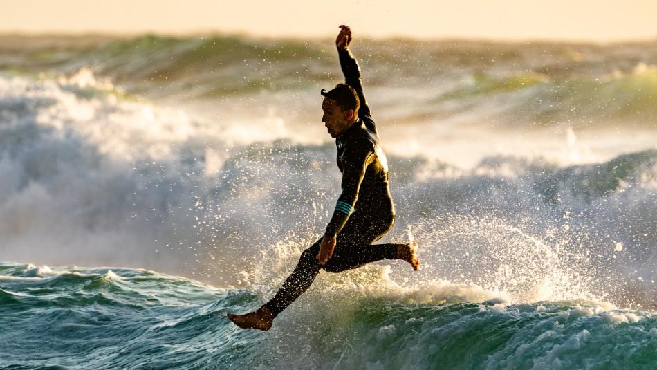 Surfistas rescatan a un hombre y su hijastra menor de edad en Ritoque