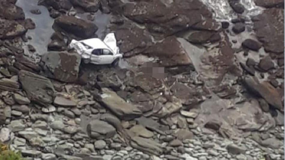 Mujer muere tras caer con su vehículo en roqueríos en Valdivia