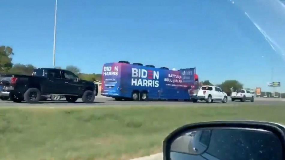 Elecciones en EEUU: Biden critica que seguidores de Trump intimidaran un autobús de su campaña