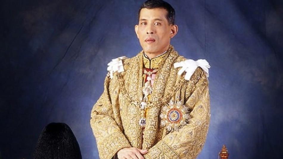 El polémico protocolo del Rey de Tailandia: Mujeres y hombres se deben arrastrar a sus pies