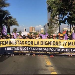 Comenzó en Plaza Italia: Se inicia marcha feminista por vereda sur de la Alameda