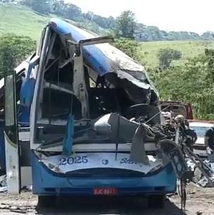 Al menos 37 muertos deja choque de camión con autobús en Brasil