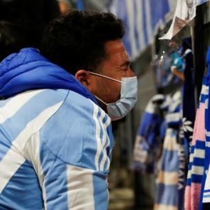 Argentinos velan restos de Maradona