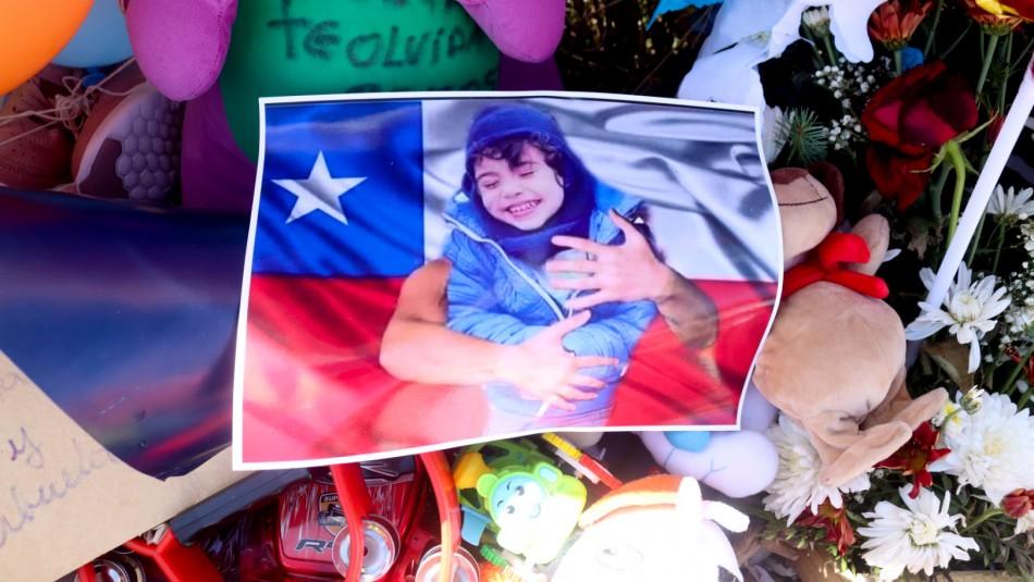 Caso Tomás Bravo: Decenas de personas se reúnen con globos y peluches en las afueras del SML