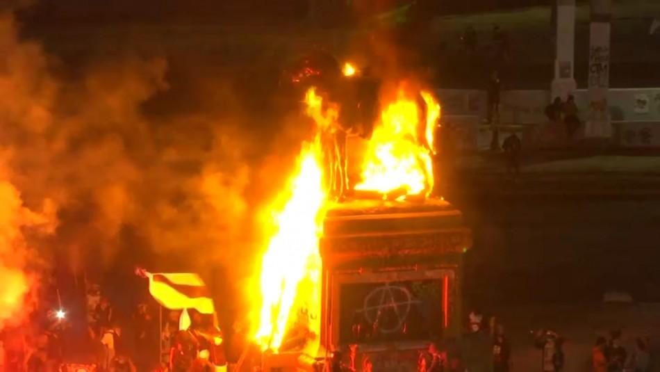 Incidentes en Plaza Italia: Queman monumento de general Baquedano