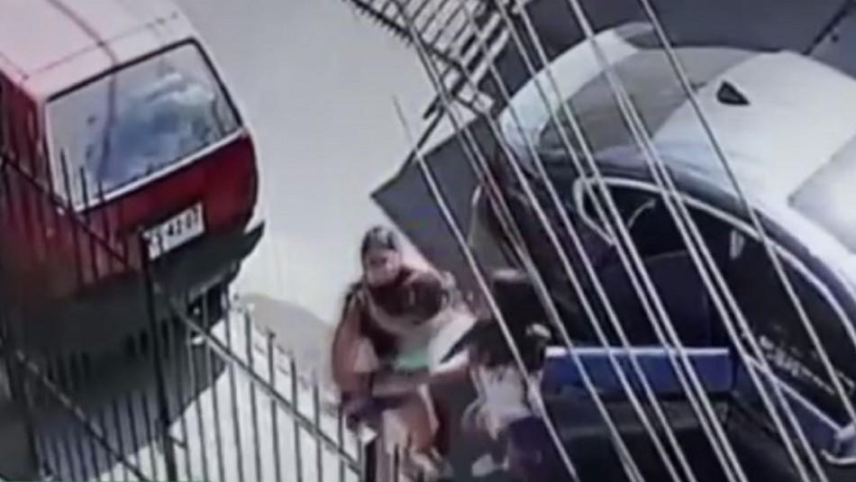 Cámara de seguridad grabó robo a desesperada madre que sacó a sus pequeños hijos de su auto