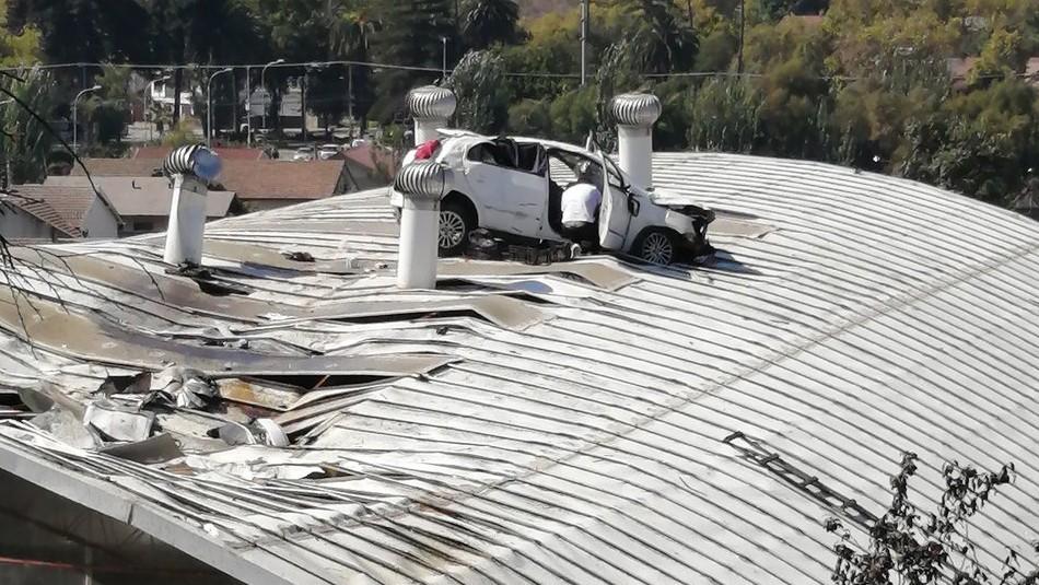 Auto se queda sin frenos y termina sobre el techo de un colegio en Viña del Mar