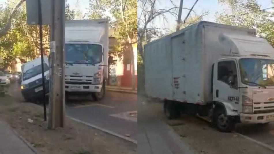 Video muestra día de furia de camionero: Chocó reiteradamente a vehículo menor y botó poste