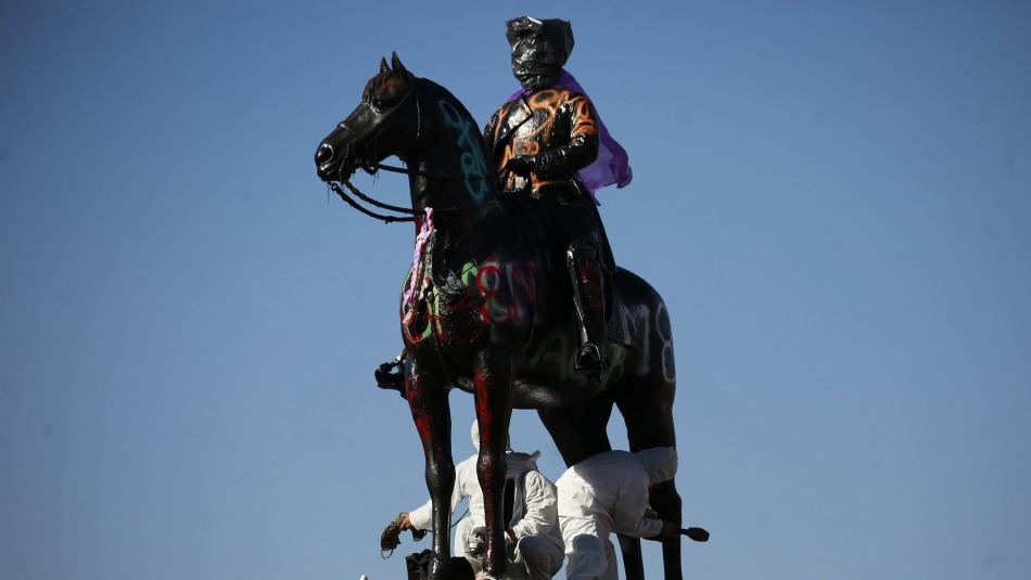 Decretan arraigo nacional para acusado de intentar derribar monumento de Baquedano