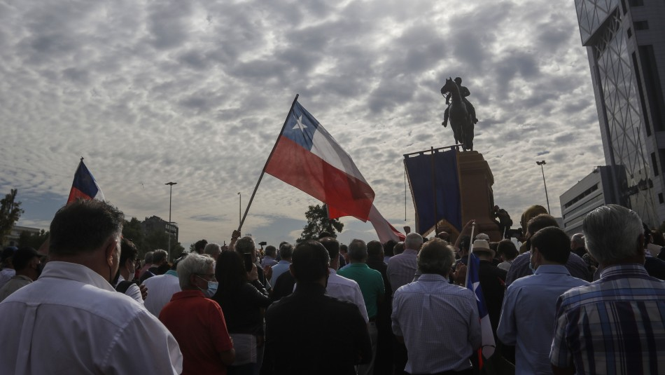 Estaba presente Cristián Labbé: Grupo se manifiesta contra mover estatua del General Baquedano