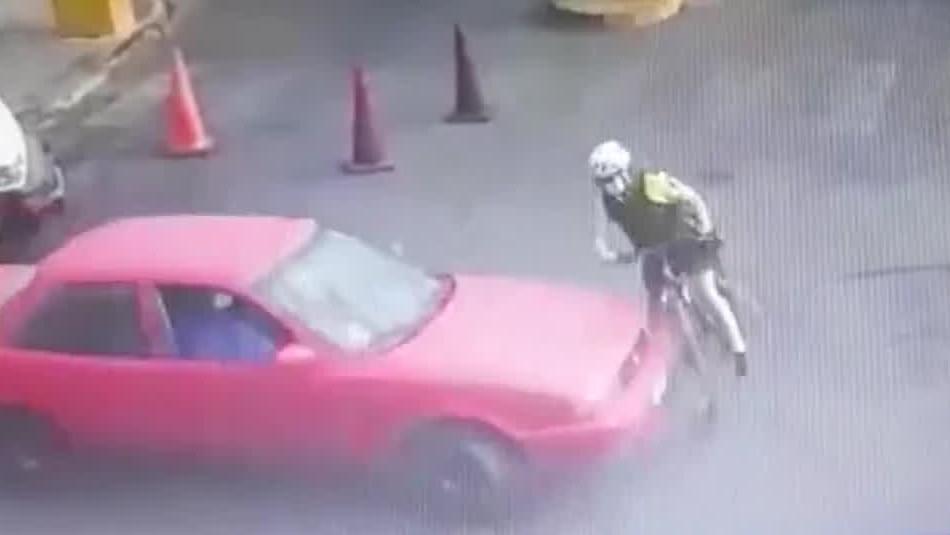 Video muestra atropello a carabinera por parte de conductor que se daba a la fuga