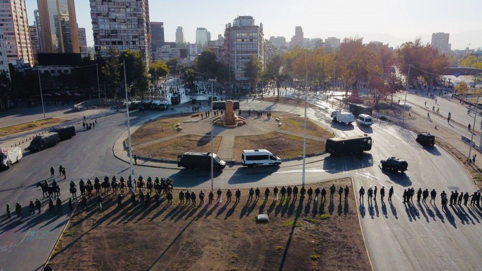 Gran contingente policial marca manifestaciones sin monumento de Baquedano en Plaza Italia