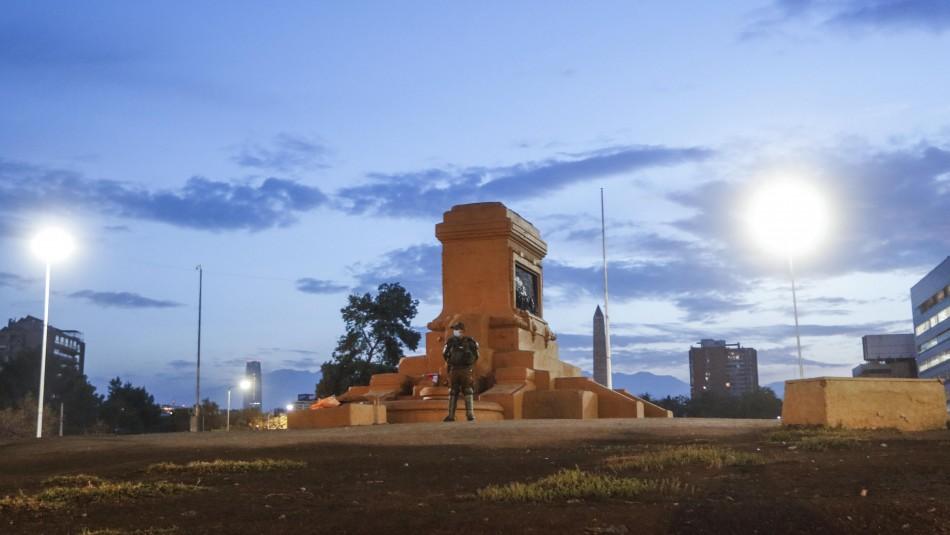 Así luce la plaza Baquedano sin la estatua del general: Se le rindieron honores militares