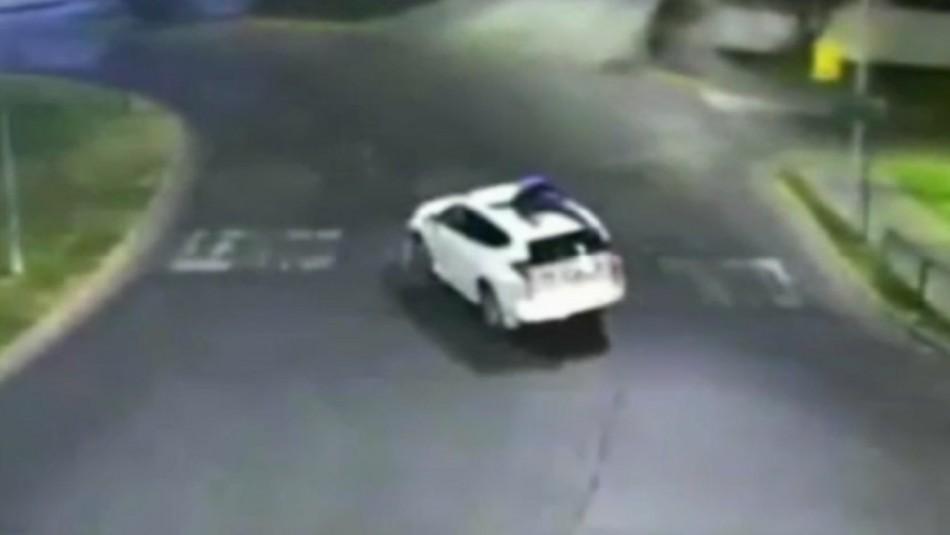 Delincuente huye sobre el techo de un vehículo para evitar ser detenido