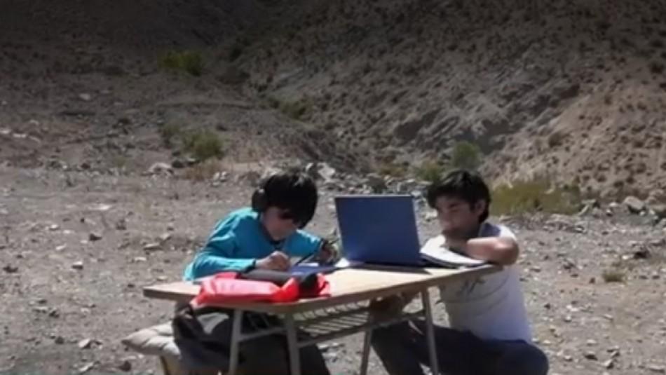 Van en ayuda de alumnos de Vicuña para que se conecten a clases online.