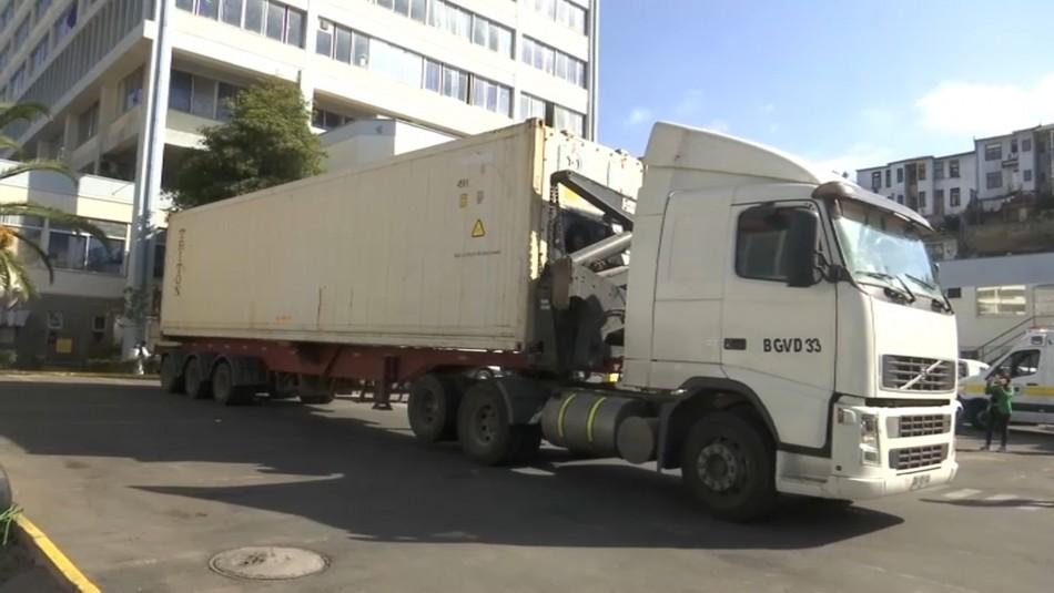 Niegan colapso de la morgue: Instalan contenedor refrigerado en Hospital Carlos Van Buren