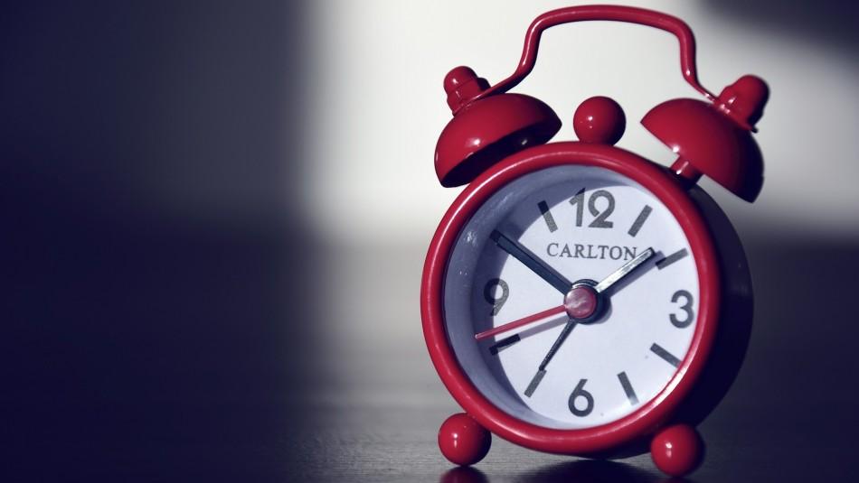 Cambio de hora: ¿Por qué se deben ajustar los relojes todos los años en Chile?