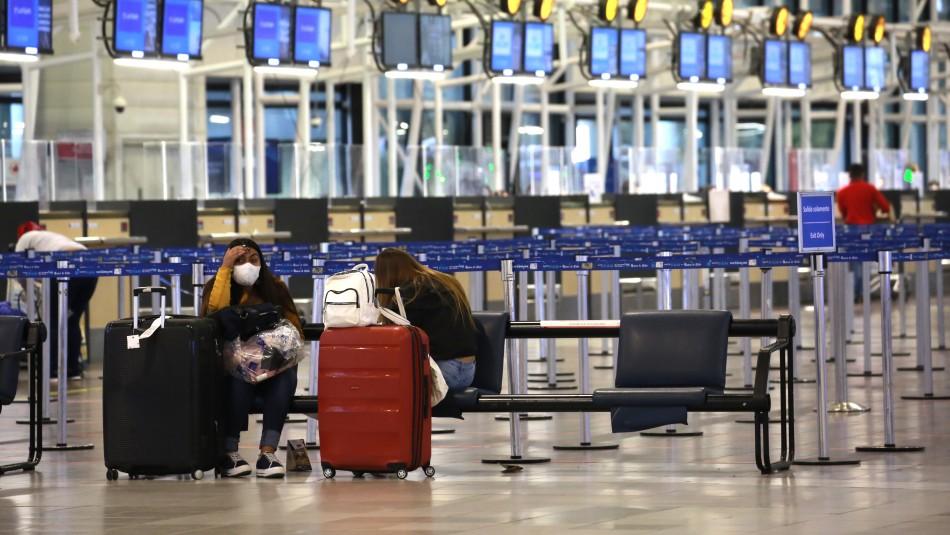 De filas llenas a pasillos vacíos: Así luce aeropuerto de Santiago tras cierre de fronteras